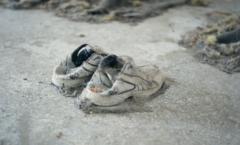 Paire de basket laissée par un migrant sur un lieu d'enfermement abandonné en Grèce.