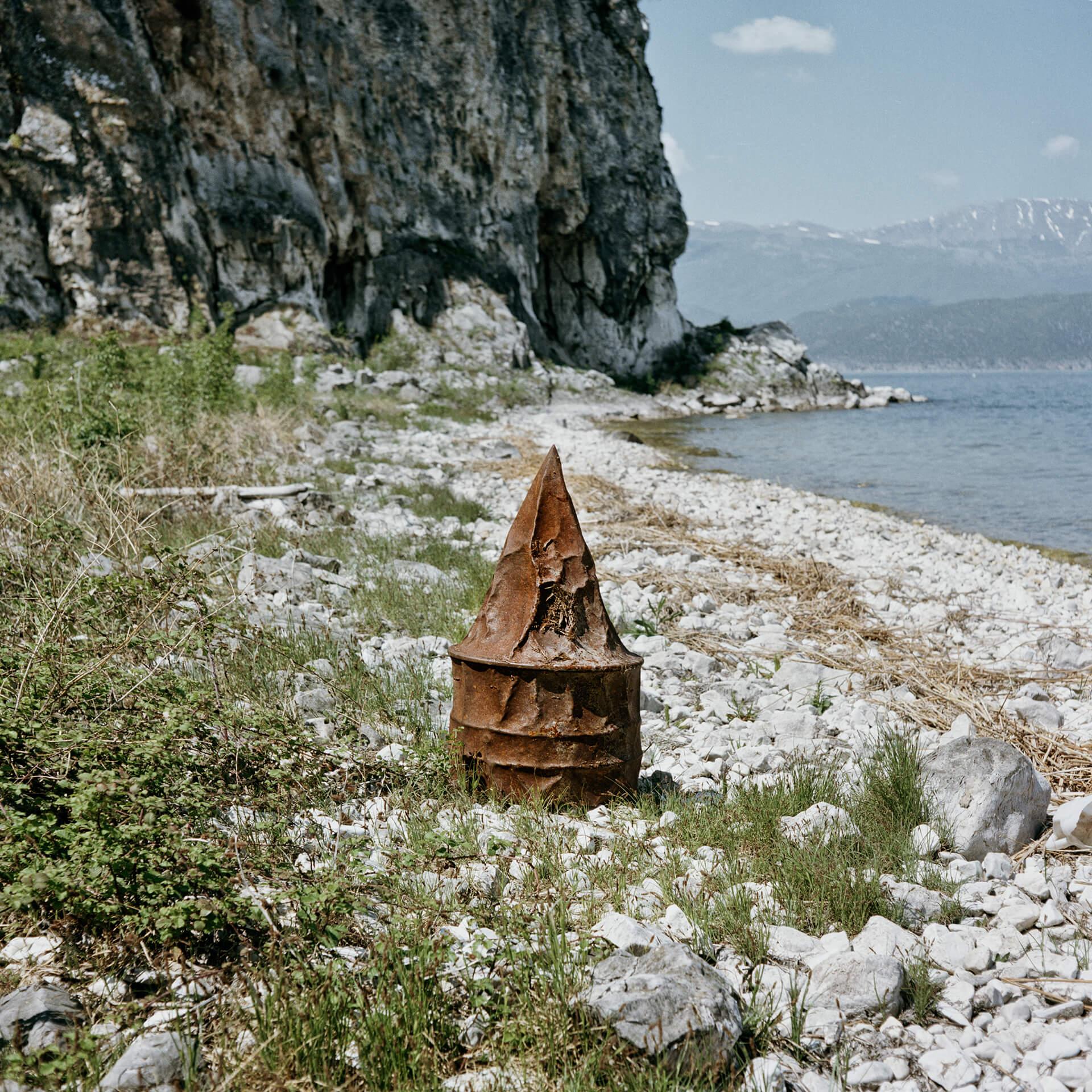 Bouée échouée sur la rive grecque du lac de Prespa. Elle marquait avec d'autres la ligne frontière.