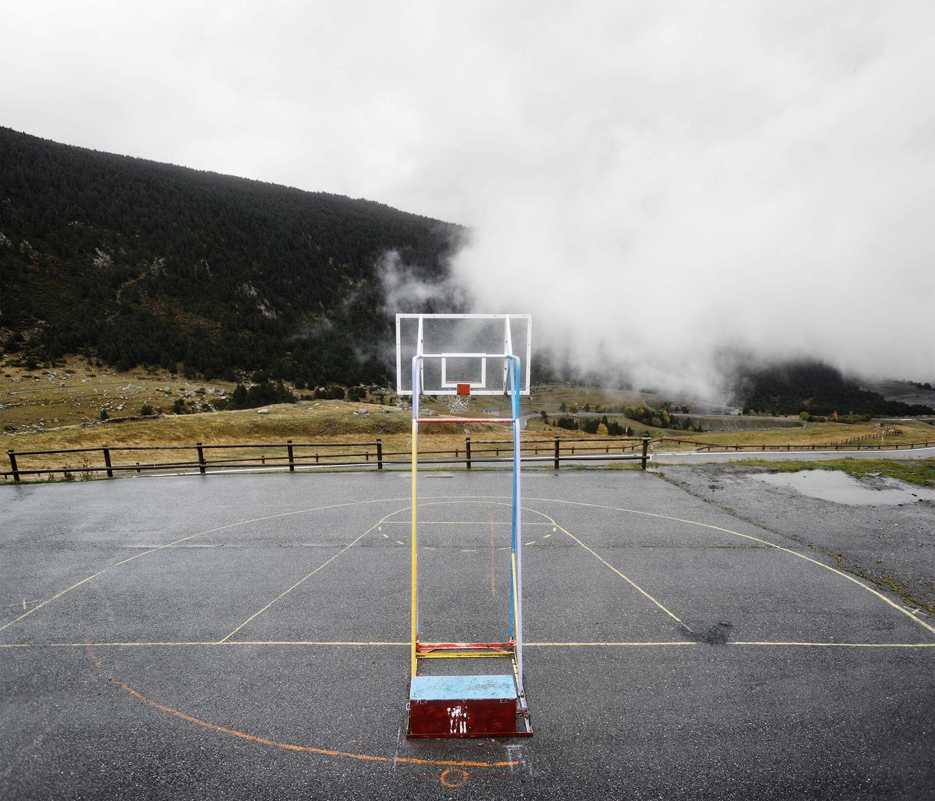 Terrain de basket à El Tarter en Andorre, ville frontalière entre l'Espagne et la France.