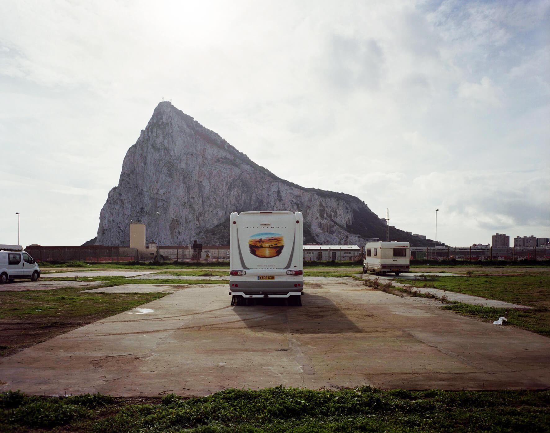 Parking avec vue sur le Rocher de Gibraltar.