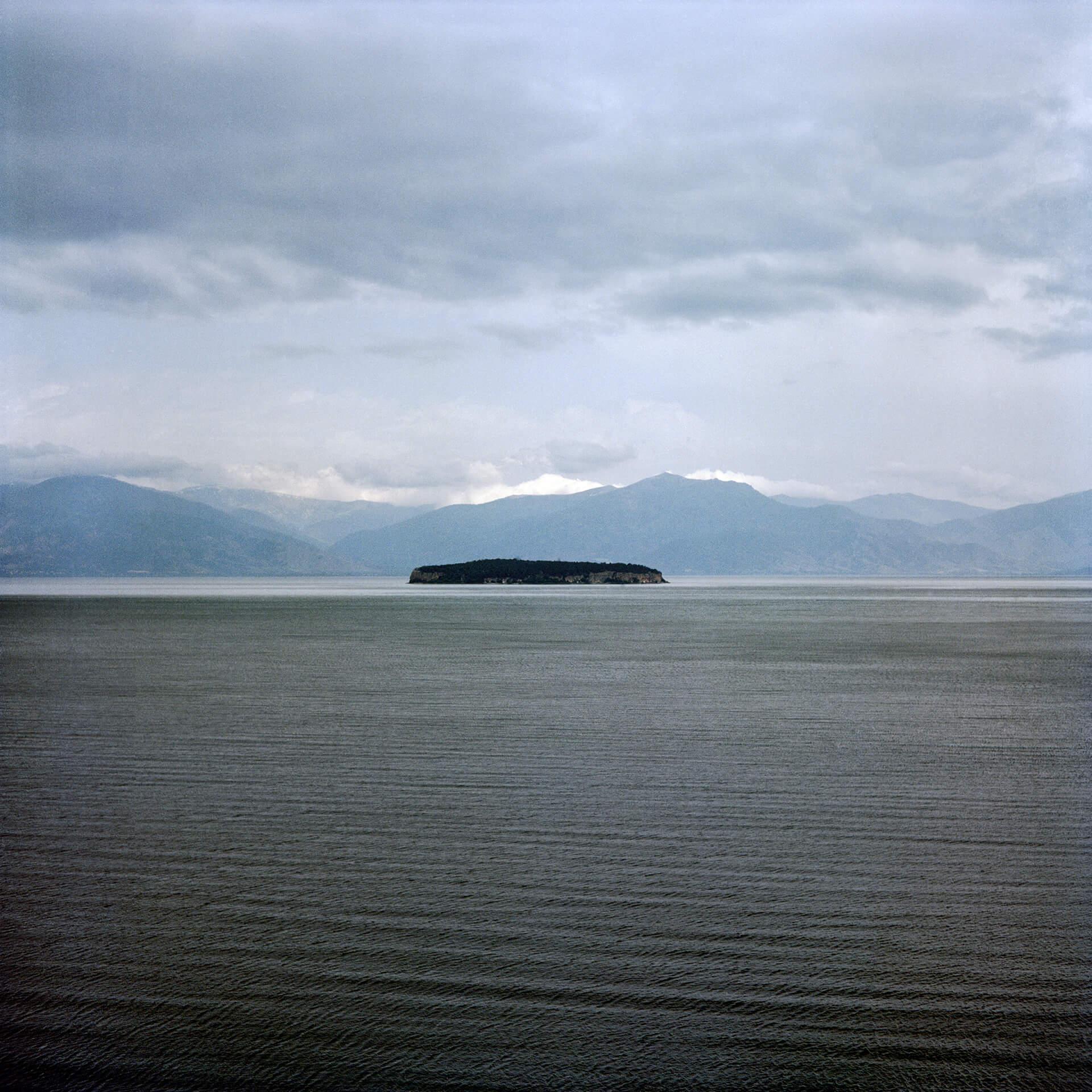 L'île de Golem Grad (île des serpents) en Albanie, à quelques centaines de mètres du point tri- frontalier du lac de Prespa.