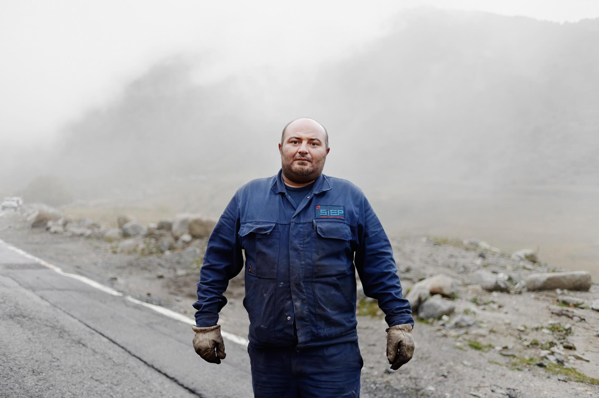 Ouvrier de maintenance dans les réseaux électriques à Andorre.