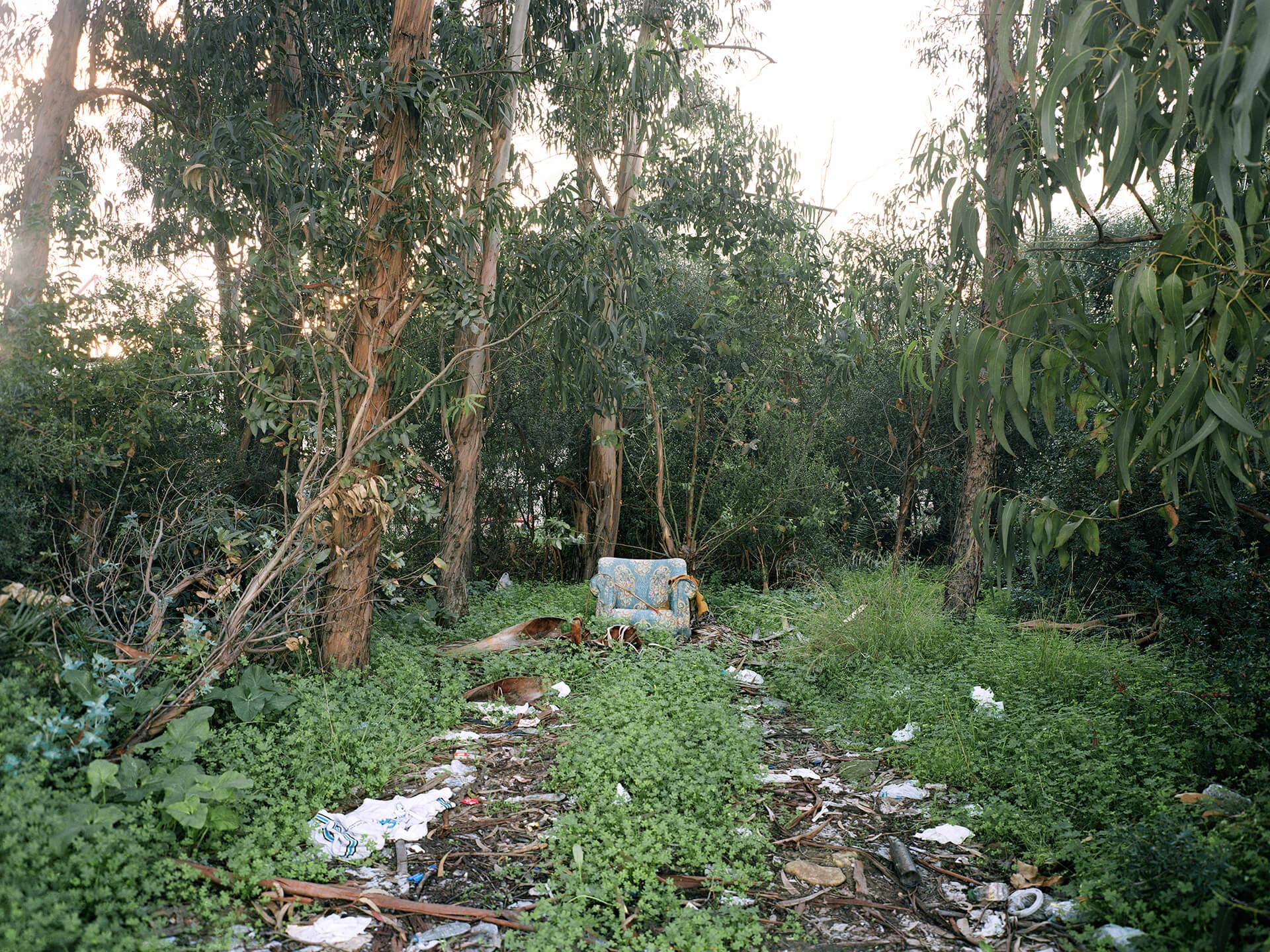Fauteuil abandonné sur la rive du Río Guadarranque à Los Barrios, communauté autonome d'Andalousie.
