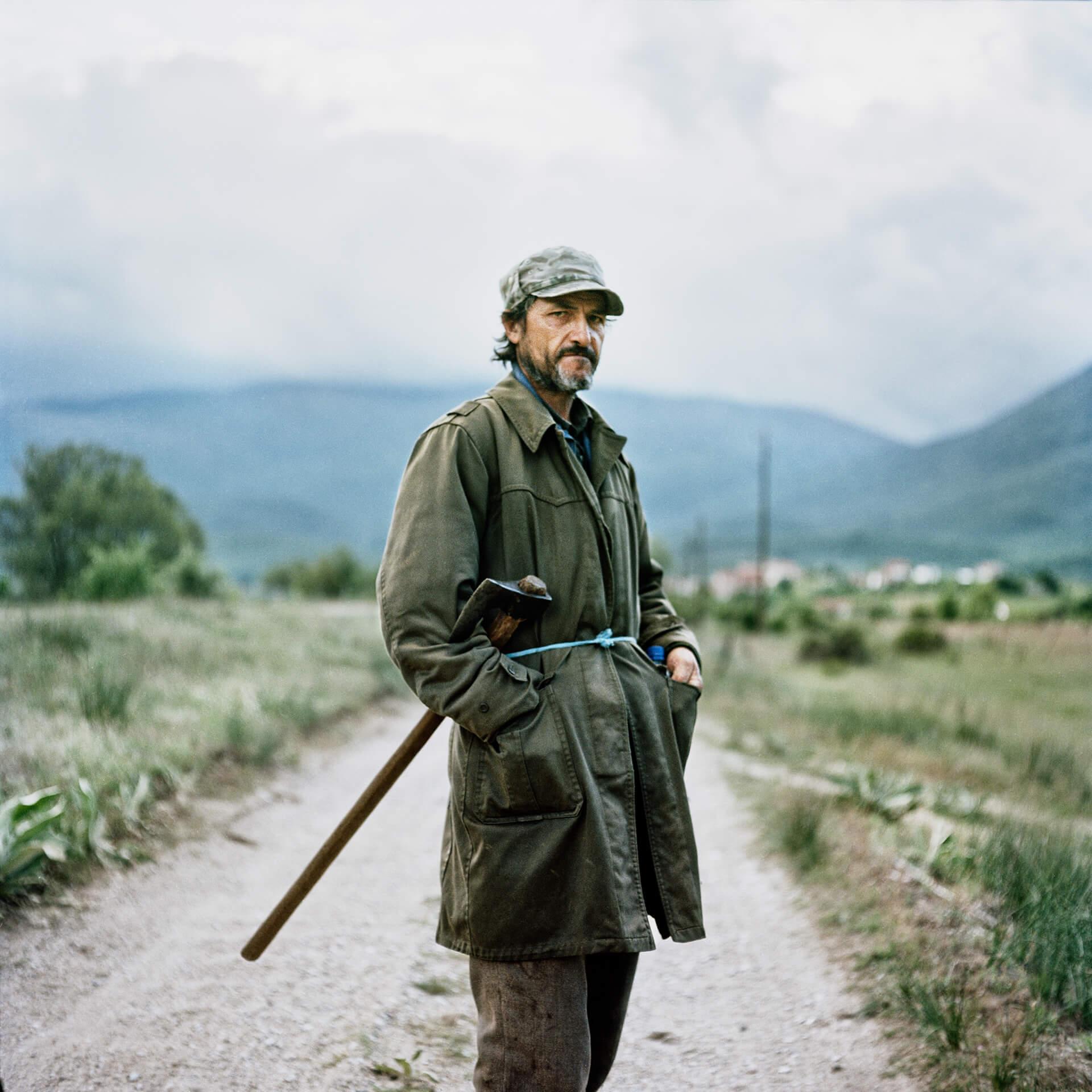 Après l'effondrement de la Yougoslavie, Ljubcko qui travaillait dans un hôtel luxueux, s'est retrouvé au chômage et s'occupe maintenant de ses vaches.